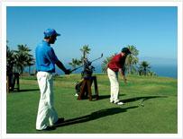 Golfiści gry w golfa na Teneryfie, na jednym z wielu kursów piękne pole golfowe