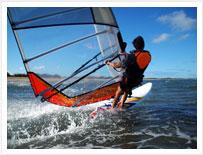 Windsurfer godere gli sport acquatici a Tenerife